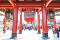 ΤΟΚΙΟ 28 ΝΟΕΜΒΡΊΟΥ: Συσσωρευμένοι άνθρωποι στο βουδιστικό ναό Sensoji στο Τόκιο Στοκ εικόνα με δικαίωμα ελεύθερης χρήσης