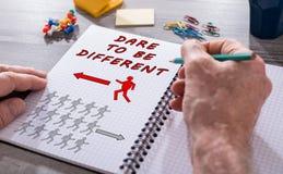 Τολμήστε να είστε διαφορετική έννοια σε ένα σημειωματάριο στοκ εικόνες με δικαίωμα ελεύθερης χρήσης