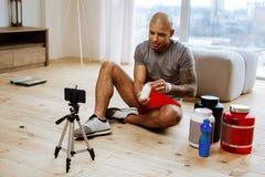 Τολμηρός αθλητικός τύπος με τη δερματοστιξία στη μαγνητοσκόπηση χερι στοκ φωτογραφίες