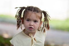 Τολμηρό μικρό κορίτσι με τα σκοτεινά μάτια με ένα hairdo υπό μορφή ατόμου Στοκ εικόνα με δικαίωμα ελεύθερης χρήσης