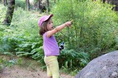 Τολμηρό μικρό κορίτσι με τις διόπτρες που δείχνει με το δάχτυλο στο δάσος των βουνών της Μαδρίτης στοκ φωτογραφίες