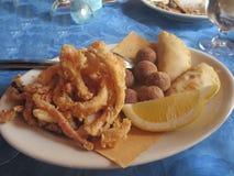 Τομέας εστιάσεως τηγανητών ψαριών καλαμαριών Στοκ Φωτογραφία