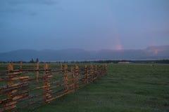 Τομέας καλαμποκιού στο λόφο με το ζωηρόχρωμο ουρανό στο υπόβαθρο ηλιοβασιλέματος Στοκ Φωτογραφίες