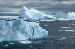 Τομέας παγόβουνων με το θυελλώδη ουρανό Στοκ Εικόνες