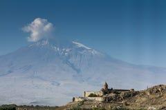 Τομέας σταφυλιών στην κοιλάδα Ararat Η άποψη Khor Virap και τοποθετεί Arara Στοκ Εικόνες