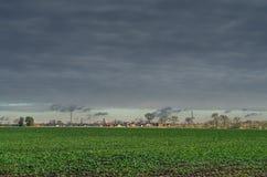 Τομέας στην επαρχία κάτω από τον ουρανό χάλυβα Στοκ φωτογραφία με δικαίωμα ελεύθερης χρήσης