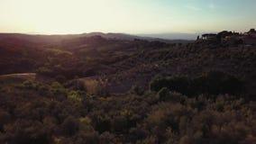 Τομέας της Τοσκάνης και άποψη ηλιοβασιλέματος πόλεων dron απόθεμα βίντεο