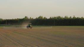 Τομέας ψεκασμού τρακτέρ με τις χημικές ουσίες για την προστασία εγκαταστάσεων συγκομιδών από το ζιζάνιο και το παράσιτο απόθεμα βίντεο