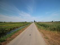Τομείς και αγροκτήματα με τη εθνική οδό στο Zuidplaspolder σε Moordrecht στις Κάτω Χώρες στοκ εικόνες