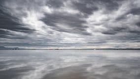 Τομείς ρυζιού Albufera που πλημμυρίζουν με το cloudscape απόθεμα βίντεο