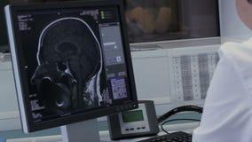 Τομογραφία ανάλυσης του εγκεφάλου σε ένα όργανο ελέγχου υπολογιστών απόθεμα βίντεο