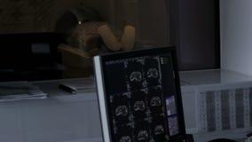 Τομογραφία του εγκεφάλου σε έναν πραγματικό χρόνο οργάνων ελέγχου υπολογιστών απόθεμα βίντεο