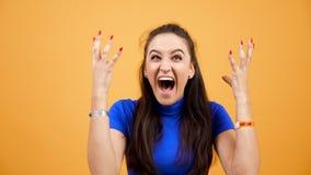 Τονίζει και συναισθηματική κραυγή γυναικών στο στούντιο πέρα από το ζωηρό πορτοκαλί υπόβαθρο φιλμ μικρού μήκους