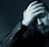 τονισμένες άτομο νεολαίες επιχειρησιακού πονοκέφαλου ακριβώς Στοκ Φωτογραφίες