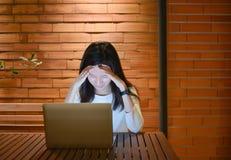 Τονισμένη ασιατική γυναίκα που χρησιμοποιεί το lap-top τη νύχτα, ανεξάρτητο λειτουργώντας Λα Στοκ εικόνες με δικαίωμα ελεύθερης χρήσης
