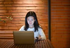 Τονισμένη ασιατική γυναίκα που χρησιμοποιεί το lap-top τη νύχτα, ανεξάρτητο λειτουργώντας Λα Στοκ Εικόνα