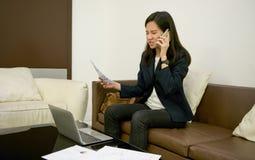 Τονισμένη ασιατική γυναίκα που χρησιμοποιεί το lap-top τη νύχτα, ανεξάρτητο λειτουργώντας Λα Στοκ Εικόνες