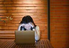 Τονισμένη ασιατική γυναίκα που χρησιμοποιεί το lap-top τη νύχτα, ανεξάρτητο λειτουργώντας Λα Στοκ εικόνα με δικαίωμα ελεύθερης χρήσης