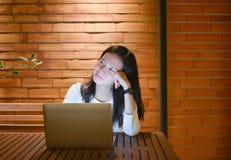 Τονισμένη ασιατική γυναίκα που χρησιμοποιεί το lap-top τη νύχτα, ανεξάρτητο λειτουργώντας Λα Στοκ Φωτογραφίες