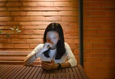 Τονισμένη ασιατική γυναίκα που χρησιμοποιεί το lap-top τη νύχτα, ανεξάρτητο λειτουργώντας Λα Στοκ φωτογραφίες με δικαίωμα ελεύθερης χρήσης