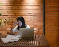 Τονισμένη ασιατική γυναίκα που χρησιμοποιεί το lap-top τη νύχτα, ανεξάρτητο λειτουργώντας Λα Στοκ φωτογραφία με δικαίωμα ελεύθερης χρήσης