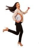 Τονισμένη γυναίκα με το μεγάλο ρολόι που ορμά λόγω της ύπαρξης αργά στοκ φωτογραφίες