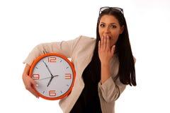 Τονισμένη γυναίκα με το μεγάλο ρολόι που ορμά λόγω της ύπαρξης αργά Στοκ Εικόνες