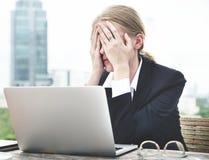 Τονισμένη γυναίκα που εργάζεται στο lap-top της Στοκ Εικόνες