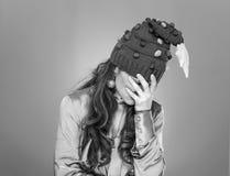Τονισμένη γυναίκα στο καπέλο Χριστουγέννων που απομονώνεται στο γκρίζο υπόβαθρο Στοκ Φωτογραφία