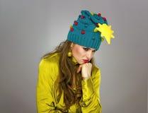 Τονισμένη γυναίκα στο καπέλο Χριστουγέννων που απομονώνεται στην γκρίζα σκέψη Στοκ εικόνες με δικαίωμα ελεύθερης χρήσης