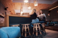 Τονισμένη εικόνα των καλύτερων φίλων που έχουν την ημερομηνία στον καφέ ή το εστιατόριο Όμορφα κορίτσια που μιλούν ή που επικοινω Στοκ Εικόνες
