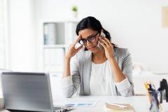 Τονισμένη επιχειρηματίας με το smartphone στο γραφείο Στοκ φωτογραφία με δικαίωμα ελεύθερης χρήσης