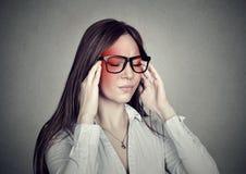 Τονισμένη επιχειρησιακή γυναίκα που έχει τον πονοκέφαλο Στοκ φωτογραφία με δικαίωμα ελεύθερης χρήσης