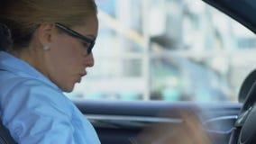 Τονισμένη επιχειρησιακή γυναίκα που ελέγχει τις εκθέσεις, που ρίχνουν τα έγγραφα από το αυτοκίνητο, χιούμορ απόθεμα βίντεο