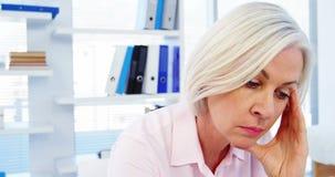 Τονισμένη θηλυκή συνεδρίαση γιατρών στο γραφείο της φιλμ μικρού μήκους