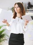 Τονισμένη νέα δημιουργική γυναίκα σχεδιαστών στην αρχή. Στοκ φωτογραφίες με δικαίωμα ελεύθερης χρήσης