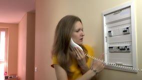 Τονισμένη συζήτηση γυναικών με τον ειδικό ηλεκτρολόγων κοντά στη διακοπή κιβωτίων διακοπτών φιλμ μικρού μήκους