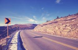 Τονισμένη τρύγος οδική στροφή ασφάλτου βουνών, έννοια προειδοποίησης ταξιδιού Στοκ εικόνες με δικαίωμα ελεύθερης χρήσης