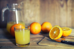 Τονισμένη φέτα γυαλιού χυμού από πορτοκάλι στοκ εικόνα με δικαίωμα ελεύθερης χρήσης