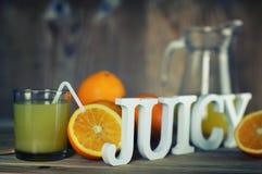 Τονισμένη φέτα γυαλιού χυμού από πορτοκάλι στοκ εικόνα