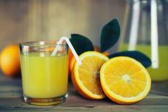 Τονισμένη φέτα γυαλιού χυμού από πορτοκάλι στοκ φωτογραφία