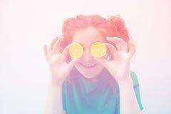 Τονισμένη φωτογραφία των λεμονιών εκμετάλλευσης κοριτσιών μέχρι τα μάτια Στοκ Φωτογραφία