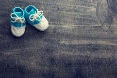 Τονισμένη φωτογραφία των μπλε πλεγμένων bootees στοκ φωτογραφίες