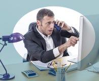 Τονισμένος έξω επιχειρηματίας ή οικονομικός διευθυντής που δείχνει τη οθόνη υπολογιστή Στοκ φωτογραφίες με δικαίωμα ελεύθερης χρήσης