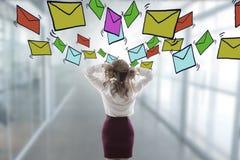 Τονισμένος έξω με τα ηλεκτρονικά ταχυδρομεία και spam στοκ εικόνα