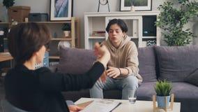 Τονισμένος έφηβος αγοριών που μιλά με το νέο ψυχολόγο γυναικών στην αρχή απόθεμα βίντεο