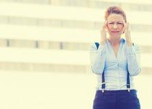 Τονισμένος ανησυχημένος νέος εταιρικός υπάλληλος γυναικών που έχει τον πονοκέφαλο Στοκ Εικόνα