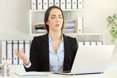 Τονισμένος ανώτερος υπάλληλος που κάνει τη γιόγκα στο γραφείο Στοκ εικόνα με δικαίωμα ελεύθερης χρήσης