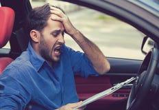 Τονισμένος απελπισμένος οδηγός ατόμων με τα έγγραφα που κάθεται μέσα στο αυτοκίνητο στοκ εικόνες