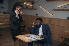τονισμένος επιχειρηματίας αφροαμερικάνων με το συνάδελφο στη συνεδρίαση στοκ φωτογραφία